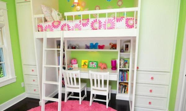 стол для двух детей в маленькой комнате