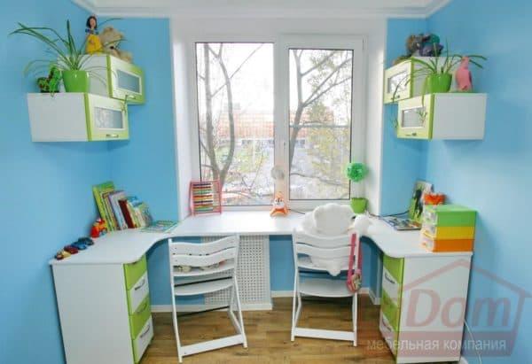 письменные столы для двоих детей вдоль окна