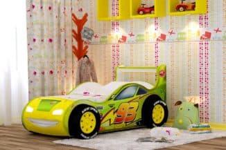 яркая кроватка-машинка для ребенка