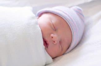 Новорожденный в пеленке.