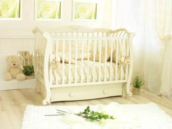 кроватка молочного цвета для малыша