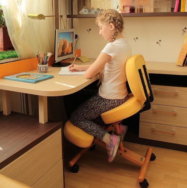 как сидеть за учебным столом правильно