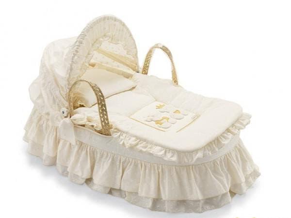 Изящная плетеная колыбель для новорожденного