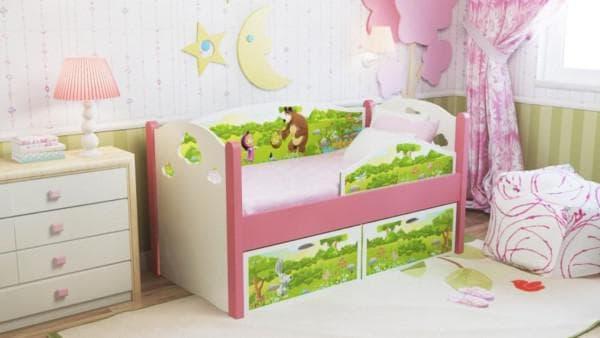 Яркая кроватка с бортиками