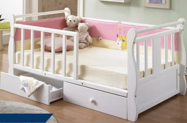 Белая кроватка с бортиками и ящиками