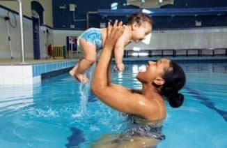 Купание в бассейне с новорожденным