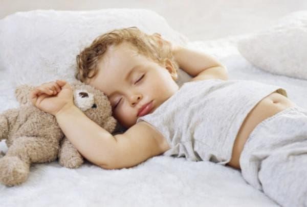 Малыш спит в подгузнике ночью