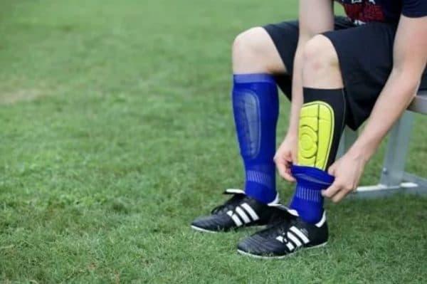 Как правильно надеть футбольные щитки и гетры ребёнку