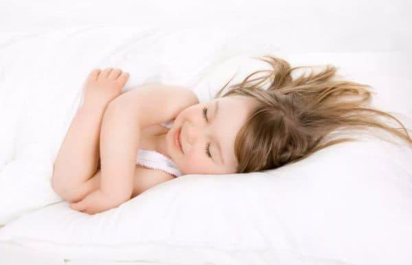 Ребёнок 1,5 года спит на подушке