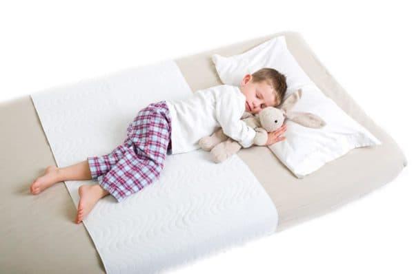 спящий на матрасе ребенок