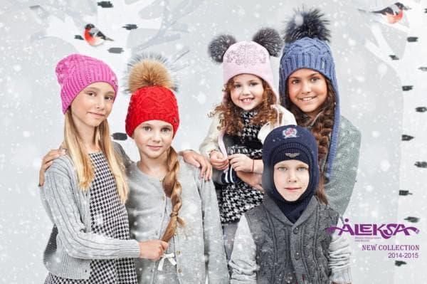 Модные шапки с помпонами для детей