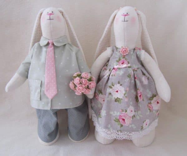 Семейная пара плюшевых зайцев с длинными ушами