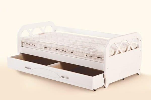 Детская кровать с ящиком и резными элементами