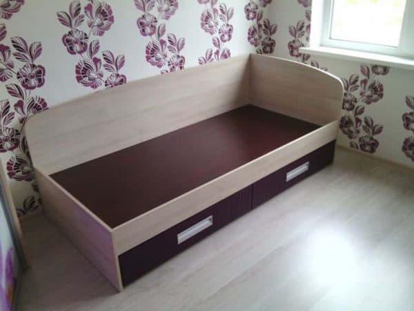 Кровать с выдвижными ящиками из ДСП